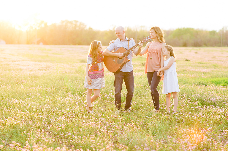 dad plays guitar in field overland park family photographer